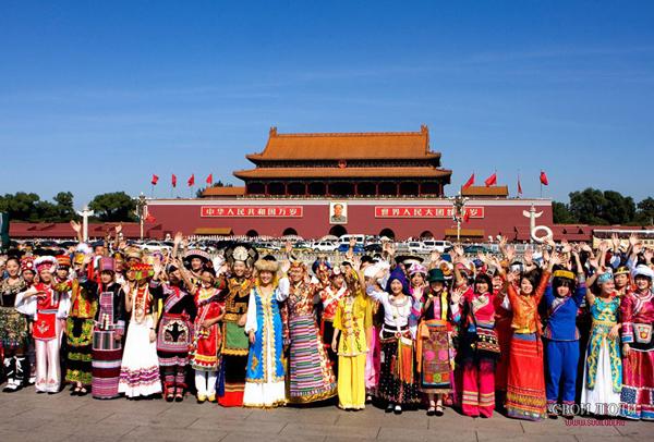 Представители разных национальностей на площади Тяньаньмэнь