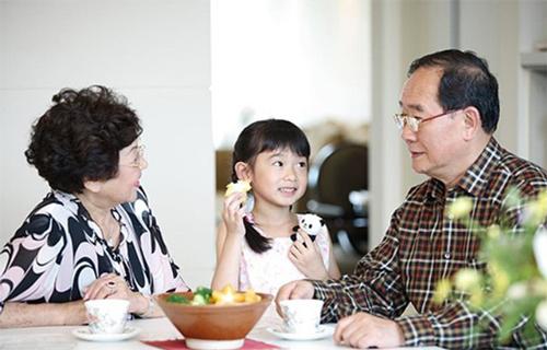 В китайском идет четкое разграничение в названиях родственников, например, дедушка по маме и по папе имеют разные названия.